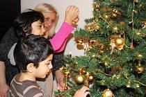 Jaké by to byly Vánoce bez stromečku. V novém domově si ho Anna Heřmánková, Klaudie a Ladislav pěkně ozdobili.
