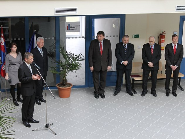 Ministr Drábek při otevírání nové budovy karlovarského pracovního úřadu.
