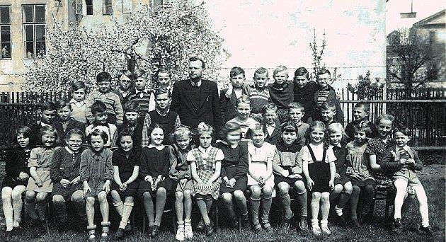 Na zahradě základní školy v Tuhnicích. Pan ředitel Tydlitát a 5. třída.