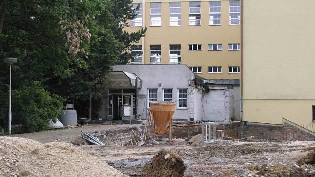 Karlovarské gymnázium se během prázdnin změní k lepšímu.