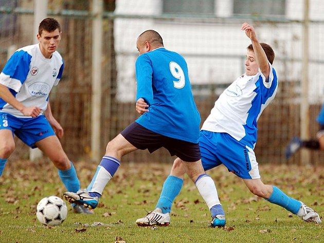 V dohrávaném utkání 12. kola okresního fotbalového přeboru porazila jedenáctka Slavie Junior (v modrém) 4:1 tým Vojkovic.