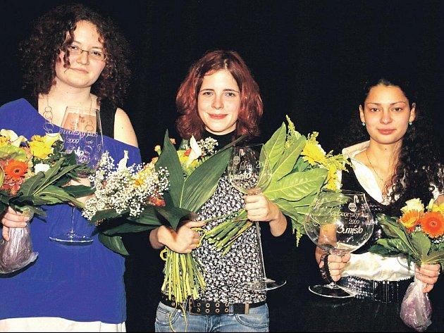 Vítězkou letošní soutěže Karlovarský hlas se stala Jitka Končelová z Karlových Varů (uprostřed). Druhá skončila Denisa Dyrcová (vlevo), třetí Andrea Hauerová (vpravo).