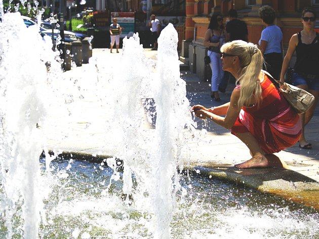 V centru Karlových Varů využívali lidé každé možnosti, jak se ochladit. Nejlépe k tomu posloužily fontány a vodotrysky.