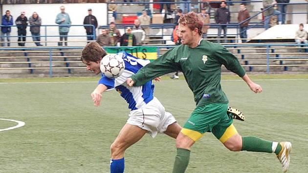 Marián Geňo (v zeleném dresu) v souboji o míč.