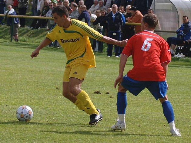 Karlovarský záložník Lukáš Hrubý (ve žlutém) vyšel i přes velkou šanci v utkání s Plzní B střelecky naprázdno.