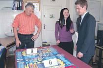 Maturanti pracovali také se Sim Game, což je simulace ekonomických situací ve výrobních podnicích. Na studenty dohlížel odborný učitel Milan Maršálek.