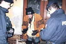 Státní policisté se v rámci poslední loňské akce typu úklid zaměřili i na karlovarské bezdomovce.