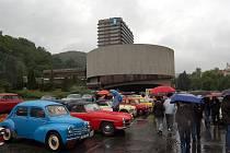 Karlovarská Veteran rallye. Ani déšť je neodradil