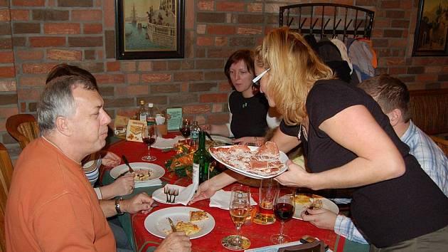 Jenom z pecí, v nichž vzniká pizza, se bude, s trochou nadsázky řečeno, po Novém roce kouřit v ostrovské pizzerii.