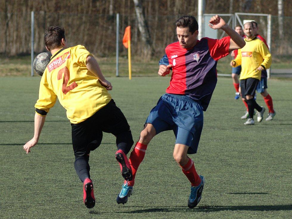 Fotbalisté Františkových Lázní (ve žlutém) si v domácím prostředí na úvod jarní části I.A třídy připsali tři body, když porazili Novou Roli 2:1.