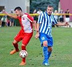 Prozatím bez prohry proplouvá třetiligovou soutěží karlovarská Slavia, která ve vloženém 16. kole remizovala ve Dvorech s Dobrovicemi (v pruhovaném) a pak ovládla penaltový rozstřel, když urvala druhý bonusový bod.