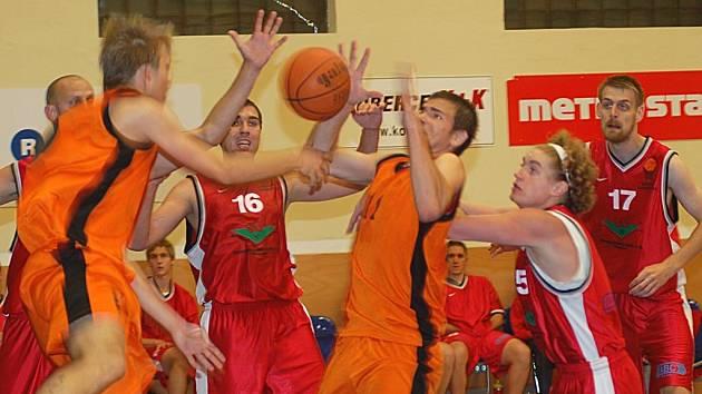 Hráči karlovarské Thermie (oranžoví) podlehli Chomutovu.