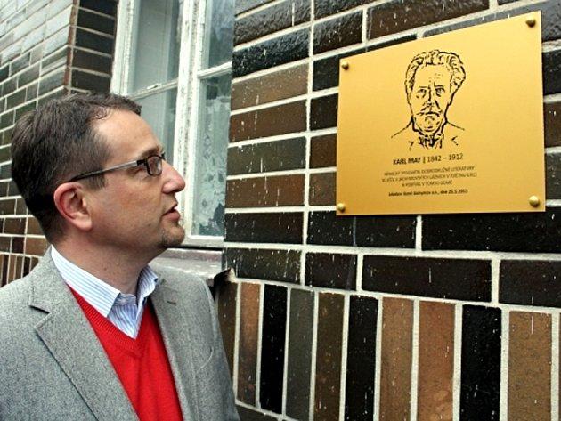 Generální ředitel Léčebných lázní Jáchymov Eduard Bláha si prohlíží pamětní desku německého spisovatele Karla Maye, která byla odhalena v pátek 24. května 2013 v Jáchymově na Karlovarsku. Karel May se tam léčil.