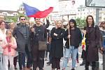 Asi 200 lidí se sešlo u karlovarské Tržnice, aby se připojili k protestům Milion chvilek