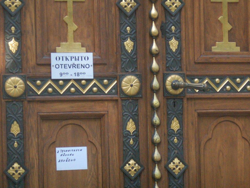 Na dveřích Ruského kostela visel lístek s oznámením 'z technickych důvodu zavřeno'.