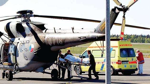 Převoz jednoho z členů holandské rodiny,který bude letecky přepraven do Plzeňské nemocnice.