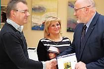 CENU ZA VÍTĚZSTVÍ v soutěži o Nejsympatičtější svatební pár předal Mileně a Vladimíru Kuklovým ředitel Spa Resort Sanssouci Robert Jahn (vpravo). Užijí si pobyt v lázních.