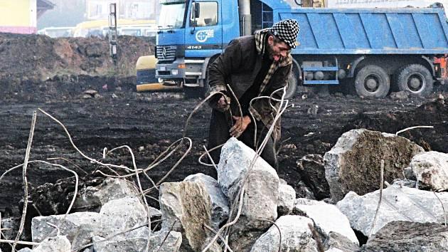 PRO SBĚRAČE KOVŮ se stal, alespoň na čas, učiněným rájem areál dolního nádraží v Karlových Varech. Při jeho demolici tady vytěžili denně kilogramy kovů. Ale spadeno mají i na jiná místa.
