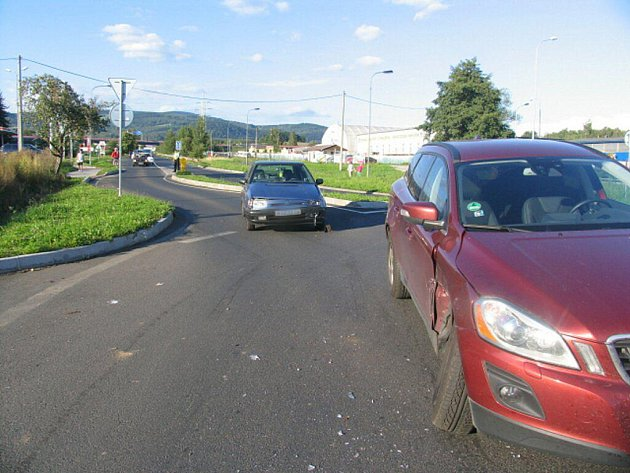 Dvě dopravní nehody se o víkendu staly na kruhovém objezdu v Ostrově