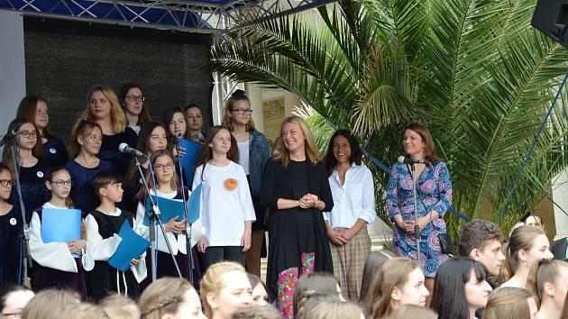 Na celorepublikové akci ZUŠ open vystoupila společně s dětmi na Mlýnské kolonádě v Karlových Varech Magdalena Kožená.