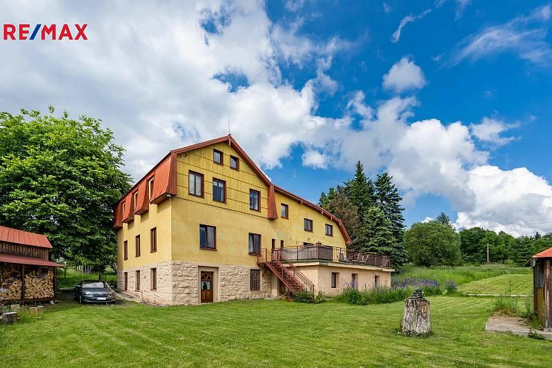 Dům v Horní Blatné o rozloze 587 m² je k mání od společnosti Remax za 12,590 milionů korun.