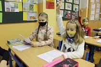 Povinné roušky nejenže ztěžují koncentraci, ale dětem v nich je špatně rozumět, shodují se učitelé.