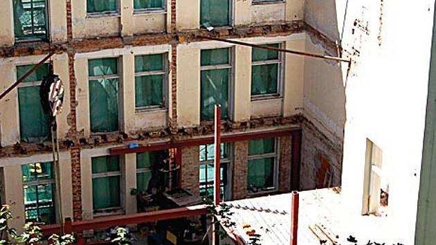 Takto vypadá dům Eboli ve fázi demolice.