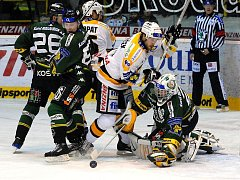 Ze zápasu 22. kola hokejové extraligy Litvínov (v bílém) - Energie Karlovy Vary 5:6.