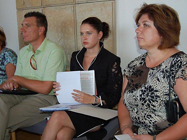 Dana Sárová (uprostřed) poprvé veřejně vystoupila při obhajobě pozemkové kauzy Ivany Doubové (vpravo), bývalé vedoucí stavebního úřadu.