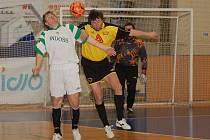 Karlovarští Draci (ve žlutočerném) v boji o futsalový trůn divize skupiny C proti rezervě plzeňského Indossu (v bílozeleném) neuspěli.