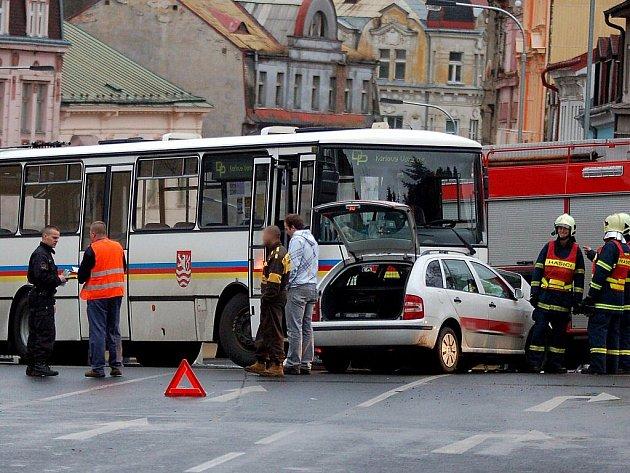 V úterý 1. prosince dopoledne se v Karlových Varech stala ve čtvrti Rybáře, Růžový Vrch havárie linkového autobusu s automobilem