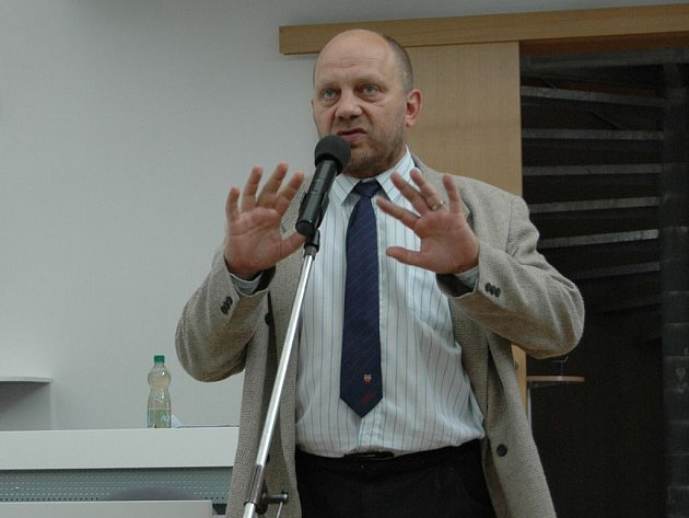 Jiří Kotek na jednání karlovarského zastupitelstva, kde patří mezi velké oponenty vládnoucí koalice.