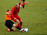 Jiskra Nový Kostel (v oranžovém) podlehla Lokomotivě Mariánské Lázně 0:2.