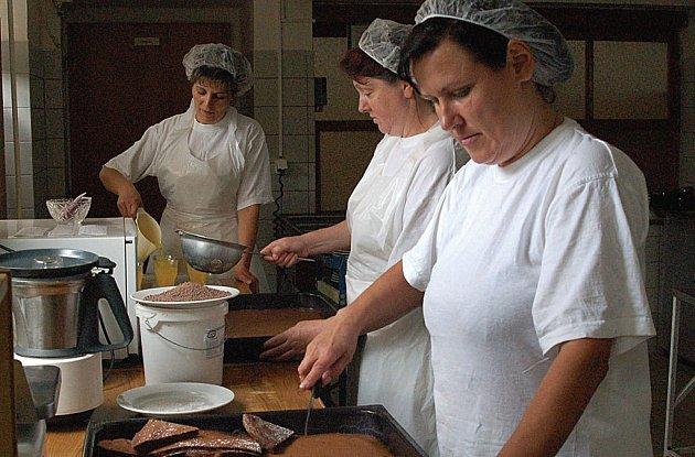 MAJÍ STRACH O PRÁCI. Kuchařky Hana Paczeltová, Dana Fodorová a Alena Pincová (zprava) se nechtějí smířit s tím, že by měla zdejší školní kuchyněskončit. Paczeltová zde pracuje už dvacet let – tedy od začátku, Fodorová šestnáct let.