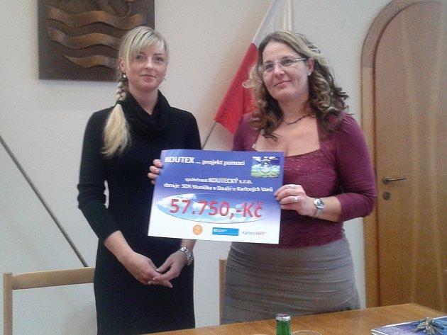 PŘÍSPĚVEK předala Jitka Mádlová (vlevo), koordinátorka projektu za firmu Koutecký, ředitelce SOS Sluníčko Dominice Lamperové.