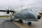 Vojenská letadla a vrtulníky by v budoucnu mohly přistávat na karlovarském letišti v Olšových Vratech podle aktuální potřeby armády, platí to například pro vrtulníky záchranářů. Tentokrát tady byla technika na ranveji pouze vystavena.