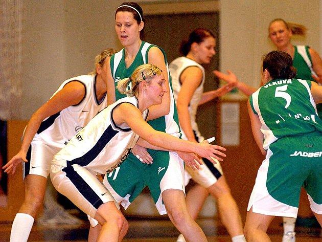 V šestnáctém kole ŽBL hostily hráčky karlovarské Lokomotivy (v bílém) na své palubovce Vasolun Brno, který porazily v poměru 68:52.