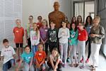Děti si zkusily v galerii oživit i jezdecký pomník Karla IV.
