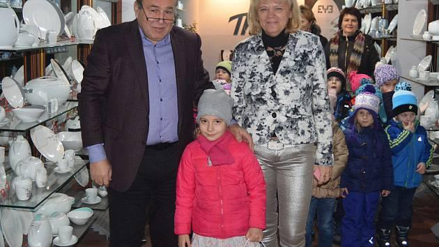 Desetitisící návštěvnice Terezka s generálním ředitelem společnosti Thun Vlastimilem Argmanem a starostkou Nové Role Jitkou Pokornou.