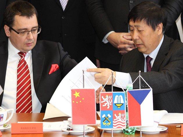 Kontakty s Čínou nabírají na intenzitě. Před nedávnem byla na krajském úřadu podepsána smlouva na výstavbu nové továrny v Sokolově.