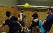 Partička Skuhravý, Flek, Vachovec, Gorčík a bratři Rohanové při pohodovém nohejbale po tréninku.