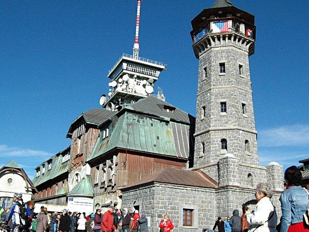 Objekty na vrcholu Klínovce - rozhledna, hotel a vysílač.