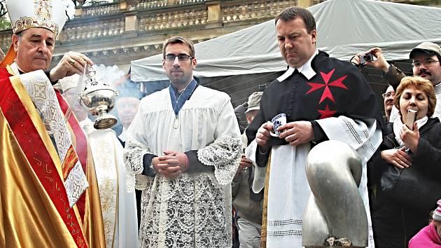 TRADIČNÍHO SVĚCENÍ pramenů se letos ujal papežský nuncius Giuseppe Leanza. Postupně obešel v doprovodu dalších církevních hodnostářů a zástupců města všechny významné karlovarské vývěry s léčivou vodou, naposledy se zastavil u proslulého Vřídla.