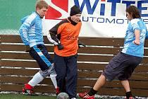 Ve třetím kole sedlecké Zimní ligy 2010 nasázeli sedlečtí Old boys dvanáct branek Potůčkám.