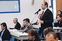 Marián Odlevák (na snímku u mikrofonu) nesouhlasí s rozhodnutím radních o ukončení pracovního poměru. Magistrát proto žaluje.