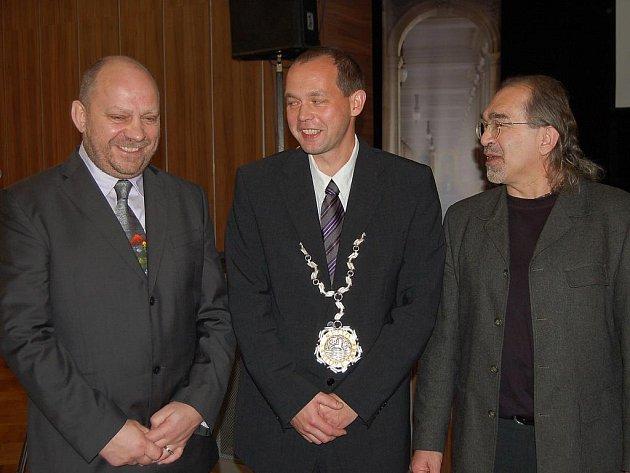 Primátor Petr Kulhánek (uprostřed), 1. náměstek Jiří Kotek (vlevo) a náměstek Jiří Klsák (vpravo).