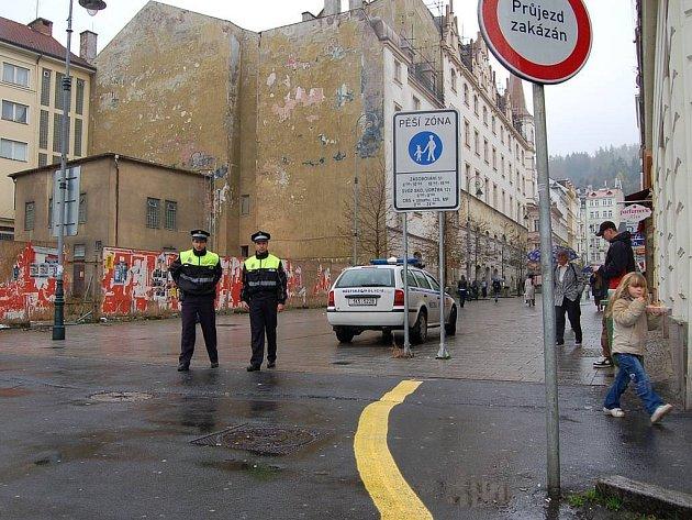 V křižovatce stát nelze. Strážníci karlovarské městské policie se v posledních dnech soustřeďují na křižovatku ulic Zeyerova a Varšavská.