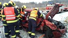 Při nehodě se zranili tři lidé.