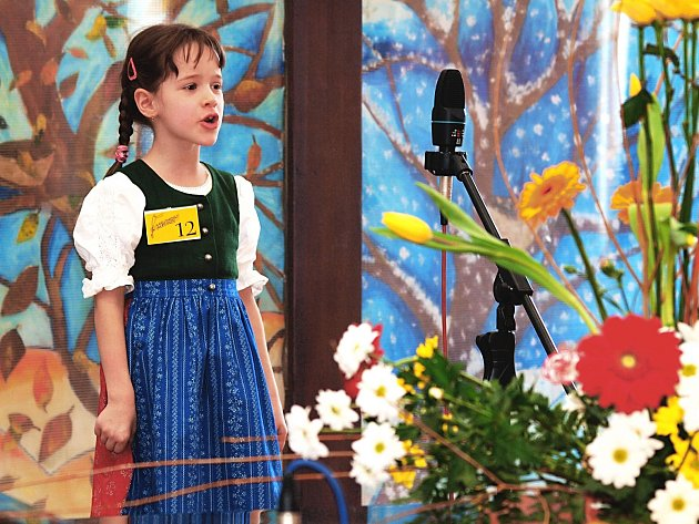 Zpěvem chlapců a děvčat se rozezní ode dneška prostory Základní školy a Základní umělecké školy v Karlových Varech. Po dva dny se tady bude konat krajské kolo 23. ročníku soutěže Karlovarský skřivánek.