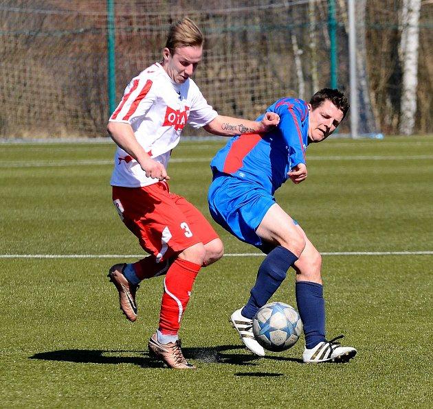 Fotbalisté Staré Role (vmodrém) dosáhli na cennou výhru 5:3 vderby nad týmem Toužimi (vbíločerveném).